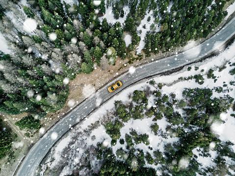 Road Marking「New york cab driving on a road」:スマホ壁紙(3)