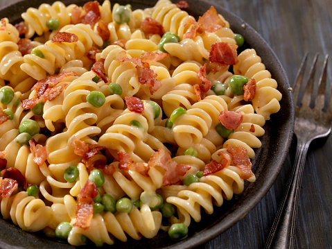 Cast Iron「Creamy Rotini and Cheese Carbonara with Peas」:スマホ壁紙(13)