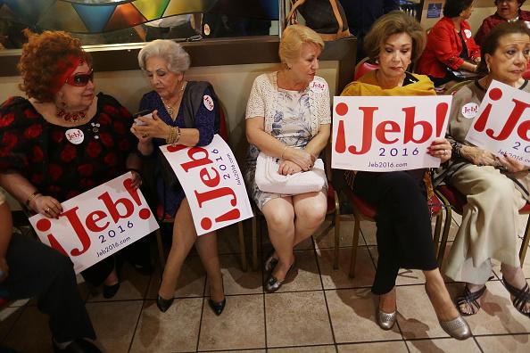 Waiting「Jeb Bush Holds Meet And Greet At Miami-Area Restaurant」:写真・画像(17)[壁紙.com]