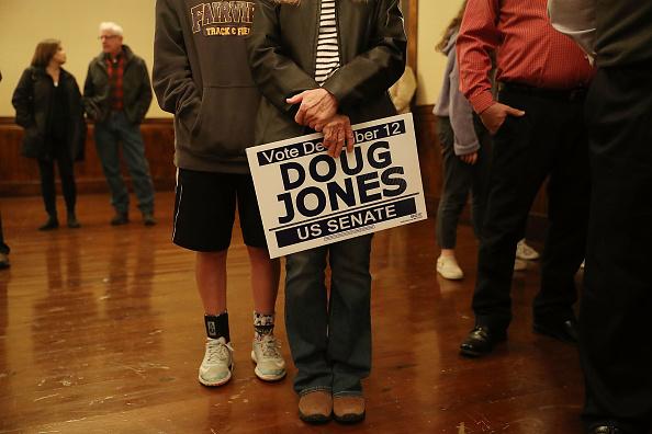 Waiting「Alabama Senate Candidate Doug Jones Holds Women's Wednesday Campaign Rally」:写真・画像(19)[壁紙.com]