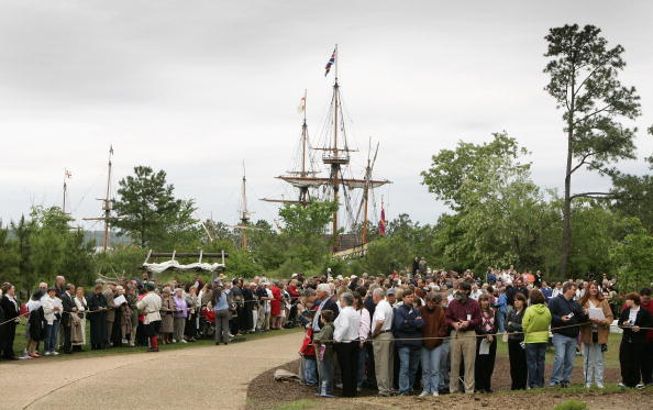Jamestown - Virginia「The Queen And The Duke Of Edinburgh Arrive In Jamestown Settlement (Fort)」:写真・画像(9)[壁紙.com]