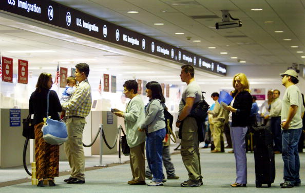 Waiting In Line「Database Aids Immigration Inspectors' Work」:写真・画像(8)[壁紙.com]