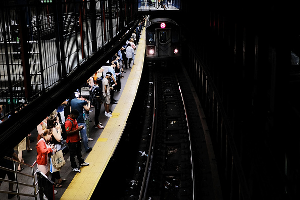 Waiting「New York Gov. Cuomo Declares MTA Subway System In State Of Emergency」:写真・画像(9)[壁紙.com]