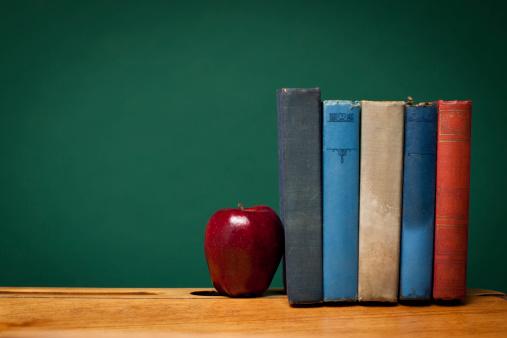 リンゴ「Apple と旧書籍で学校デスクにある黒板」:スマホ壁紙(0)
