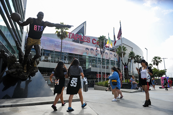"Staples Center「Fans Await The BTS Concert At Staples Center As Part Of The ""Love Yourself"" North American Tour」:写真・画像(2)[壁紙.com]"