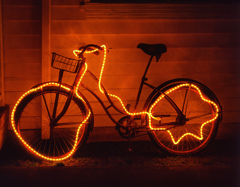 Cannon Beach「Old Cruiser Bicycle Decorated with Holiday Lights」:スマホ壁紙(15)