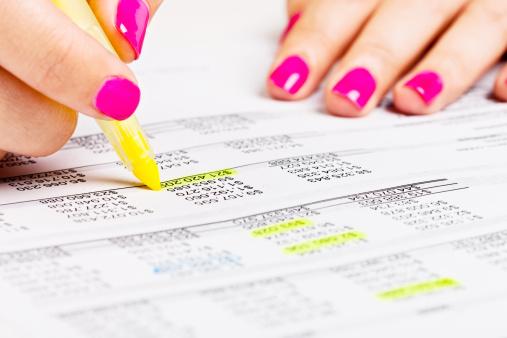 Choosing「Feminine hand highlights numbers on financial document in yellow」:スマホ壁紙(19)