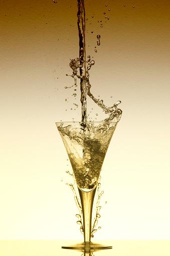 波「Water fall into a glass and splash on a yellow background - Studio, South Africa」:スマホ壁紙(3)