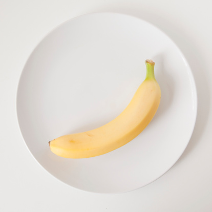 Banana「Banana on plate, studio shot」:スマホ壁紙(10)