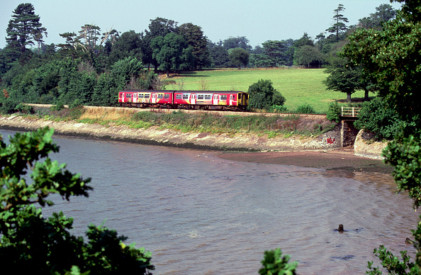 Variation「The Devon branchlines are worked by various DMU trainsets including this view of the Exmouth branch where a brightly liveried 2-car Class 150/2 skirts the coast at Lympstone en route from Plymouth to Exmouth. August 2003.」:写真・画像(3)[壁紙.com]