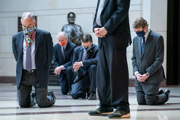 Politics「Senate Democratic Caucus Holds 8 Minutes 46 Seconds Of Silence At U.S. Capitol」:写真・画像(10)[壁紙.com]