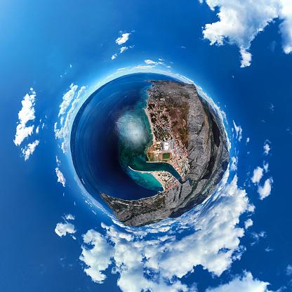 船・ヨット「Omis リゾート、クロアチア、ダルマチア海岸の小さな惑星パノラマ」:スマホ壁紙(5)