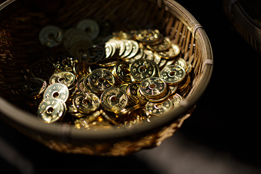 Kamakura City「Many gold coin in the busket for washing」:スマホ壁紙(18)
