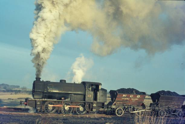 Hunslet Austerity 0-6-0ST No.45 heads a rake of internal stone tip wagons carrying shale at Shilbottle Colliery:ニュース(壁紙.com)
