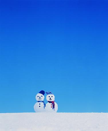 雪だるま「Two snowmen in the snow」:スマホ壁紙(19)