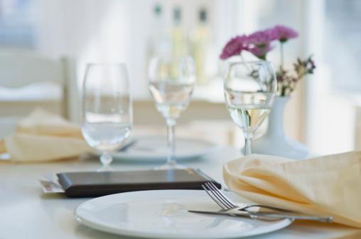 Plate「Dining table in restaurant」:スマホ壁紙(16)