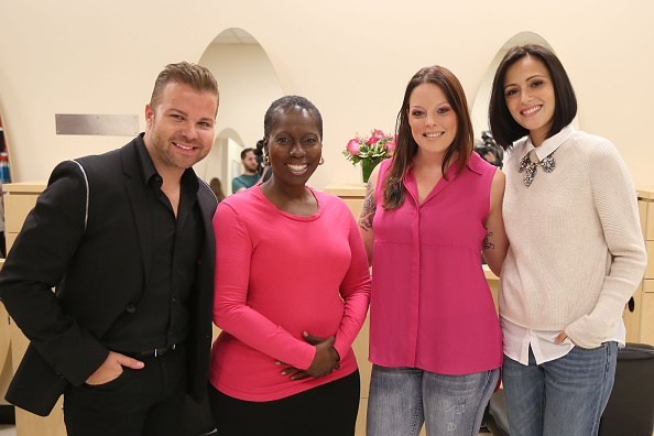 キンバリー・スチュワート「Actress Italia Ricci, Visits The JCP Salon To Support 'Cuts For Hope' Benefiting The City Of Hope's Breast Cancer Program」:写真・画像(6)[壁紙.com]