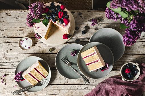 Raspberry「Tasty fruit and flower cake served in plates」:スマホ壁紙(5)