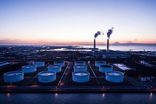 Crude Oil「A beautiful horizon and smoke emerging from the chimney.」:スマホ壁紙(7)