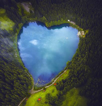 美しさ「美しいハート形の湖と森」:スマホ壁紙(15)