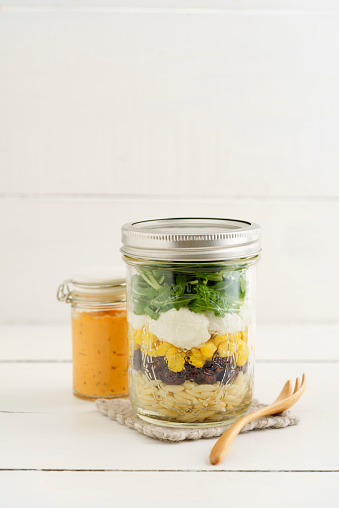フォーク「Jar of vegetarian mixed salad with Kritharaki, corn, rocket and cranberries and jar of cocktail sauce」:スマホ壁紙(13)