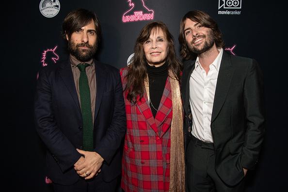 赤のコート「Premiere Of The Orchard's 'The Unicorn' - Red Carpet」:写真・画像(10)[壁紙.com]