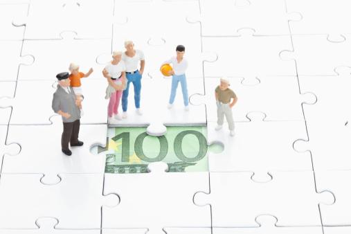 小さな像「Figurine standing on jigsaw piece and watching 100 euro note」:スマホ壁紙(9)