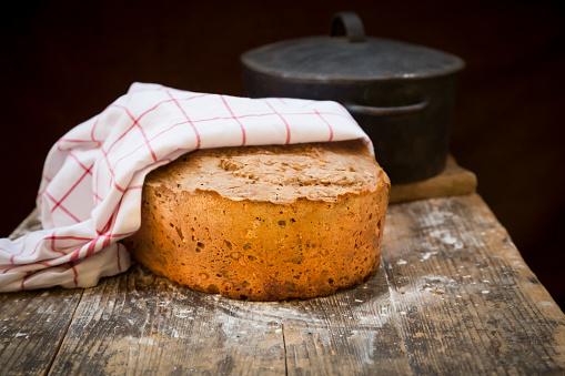 Cast Iron「Home-baked multigrain bread on wood, roasting tray」:スマホ壁紙(15)