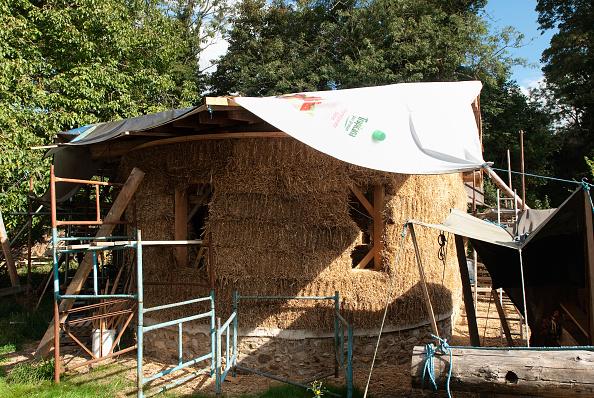 Bale「Straw bale house under construction, Downham Market, Norfolk, UK」:写真・画像(2)[壁紙.com]