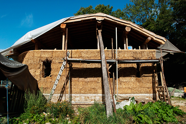 Bale「Straw bale house under construction, Downham Market, Norfolk, UK」:写真・画像(6)[壁紙.com]