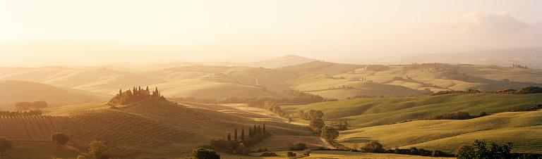Rolling Landscape「Classic Tuscan landscape with farmhouse at sunrise」:スマホ壁紙(10)