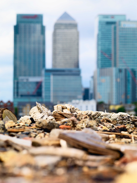 Defocused「Dumped rubbish and rubble with Canary Wharf in Background, London, UK」:写真・画像(12)[壁紙.com]