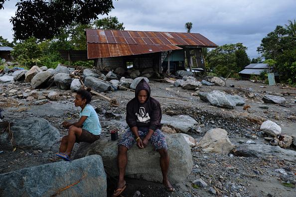 座る「Flash Floods Hit Indonesia's Papua Province」:写真・画像(19)[壁紙.com]