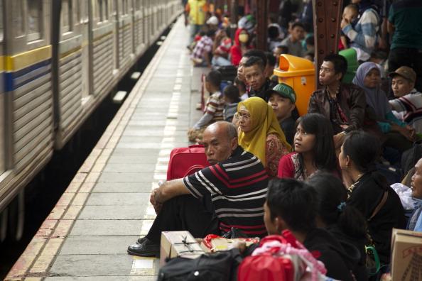 Waiting「Muslims Travel In Mass For Eid Celebrations」:写真・画像(8)[壁紙.com]