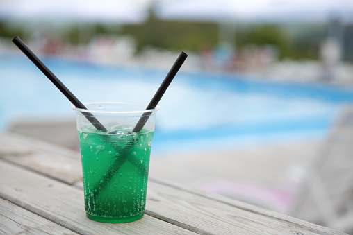 Side View「Mint cocktail on a table by a pool」:スマホ壁紙(1)