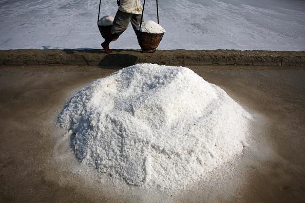 Harvesting「Salt Refining Remains A Mainstay Of Indonesian Economy」:写真・画像(14)[壁紙.com]