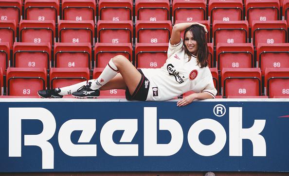 Soccer Uniform「Model Kathy Lloyd poses in the 1996 season Reebok Liverpool kit」:写真・画像(2)[壁紙.com]