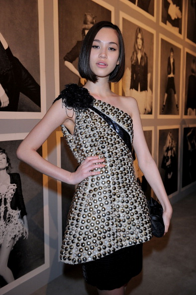 Kiko Mizuhara「The Little Black Jacket Exhibition Opening Reception」:写真・画像(8)[壁紙.com]