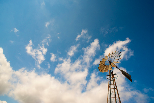 Mill「USA, Texas, Ranch windmill with water well pump against sky」:スマホ壁紙(5)