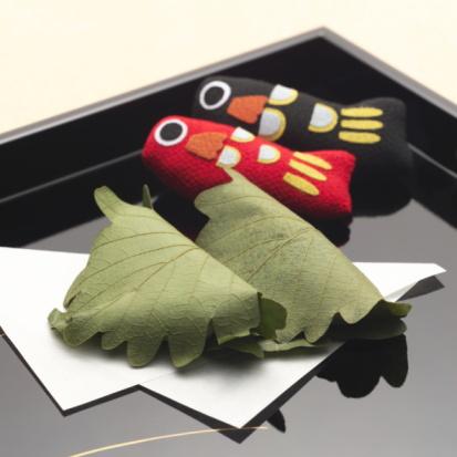 こどもの日「Rice cakes wrapped in leaves and carp dolls for Children's day」:スマホ壁紙(1)