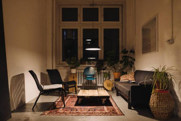 Lounge room in an office at night:スマホ壁紙(壁紙.com)