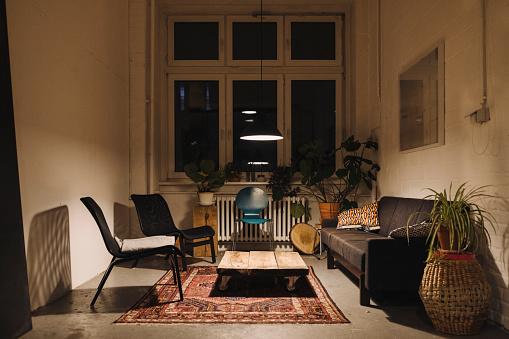 Dark「Lounge room in an office at night」:スマホ壁紙(3)