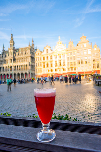 Capital Region「Glass of Cherry flavored traditional belgian beer on an outdoor counter on The Grand Place, UNESCO World Heritage Site, Brussels, Belgium」:スマホ壁紙(19)