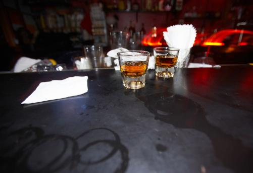 Whiskey「2 つのショットをバーボンバー」:スマホ壁紙(0)
