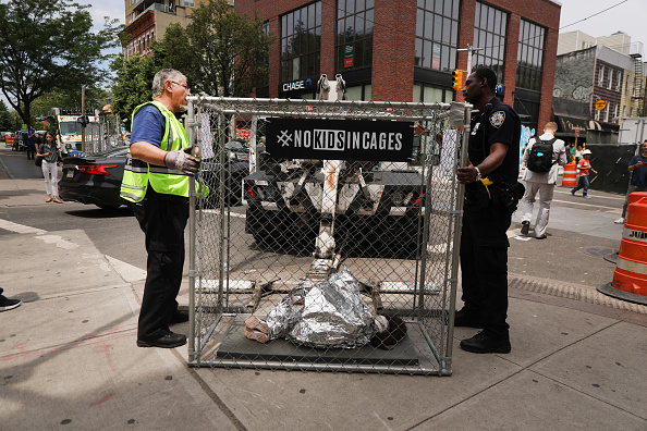 Curled Up「Pop Up Installations Depicting Crying Children In Cages Appear New York City, Aiming To Highlight US Mexico Border Crisis」:写真・画像(9)[壁紙.com]