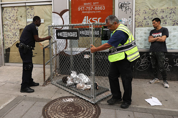 Curled Up「Pop Up Installations Depicting Crying Children In Cages Appear New York City, Aiming To Highlight US Mexico Border Crisis」:写真・画像(10)[壁紙.com]