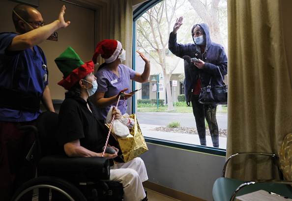 Bestof「Family Members Visit Relatives At California Nursing Facility On Christmas Eve」:写真・画像(4)[壁紙.com]