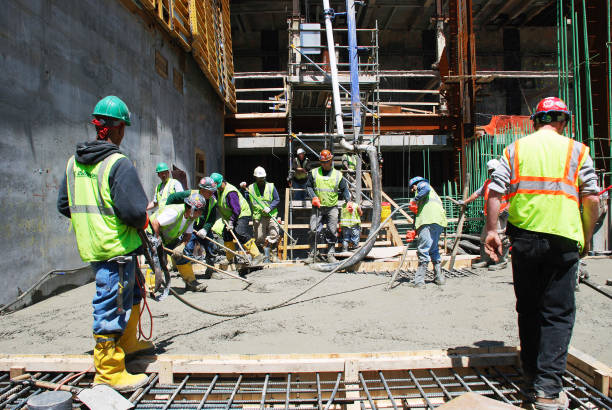 Workers smooth out the concrete at Tower One site, World Trade Center.:ニュース(壁紙.com)