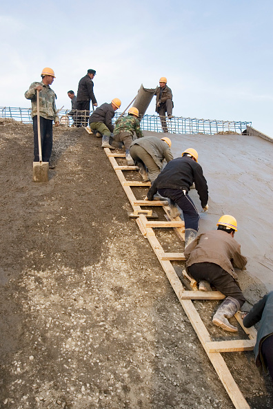 Arid Climate「Workers smooth the wet cement of a slab that is part of the South-to-North Water Diversion Project, near Shijiazhuang, Hebei Province, China, 29 February 2008.  This project will eventually carry water from the Yangtze River to the arid provinces of nort」:写真・画像(9)[壁紙.com]