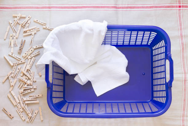 Clothes pegs, laundry basket and towel on cloth:スマホ壁紙(壁紙.com)